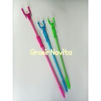 Harga tongkat sodokan hanger baju plastik warna warni perlengkapan toko | antitipu.com