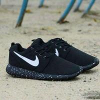 Sepatu Nike Roshe Run Oreo Pria