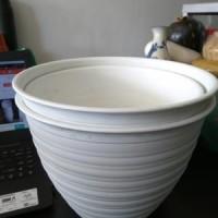 Pot Tanaman dan Bunga Plastik Putih Tawon 24 cm