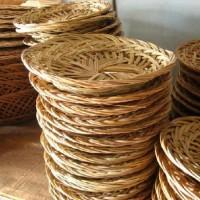Pengrajin gambar piring anyaman bambu Temanggung, Kutai Barat
