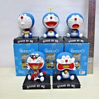 Pajangan mobil kepala goyang karakter boneka Doraemon
