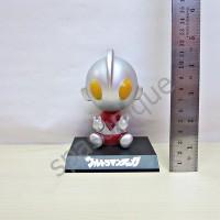 Pajangan mobil kepala goyang karakter boneka Ultraman