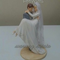 PATUNG / TOPPER KUE WEDDING PENGANTIN GENDONG BESAR PMW05
