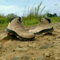 merkkers sepatu boots safety ujung besi cream kerja lapangan tracking