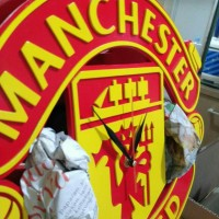 Jam Kayu Logo Klub Bola 3D Timbul Manchester United Logo Merah Kuning