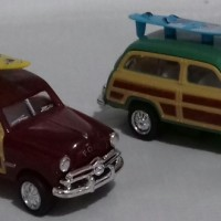 Kinsmart 1/87 Ford woody 1949 with Surfboard (2pcs)