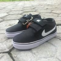 Sepatu walker sekolah anak Nike kets hitam list putih perekat strap