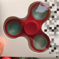 fidget spinner (warna merah tinggal berapa belas biji lagi habis)
