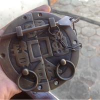 Overpal / grendel pengunci kuningan antik motif singkek