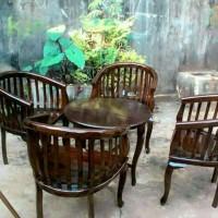 Empat Kursi & Satu Meja Tamu untuk Santai