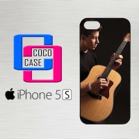 Casing Hardcase Hp iPhone 5s Shawn Mendez Playing Guitar X4406