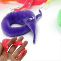 mainan uler-uleran caterpilar bisa bergerak gerak di tangan