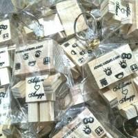 Jual souvenir pernikahan gantungan kunci kayu danbo Murah