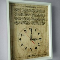 Hiasan jam dinding kaligrafi ayat kursi wooden background motif kayu