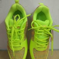 sepatu badminton merk LINING VIVO