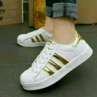 Harga sepatu olahraga wanita adidas warna putih strip emas kets   antitipu.com