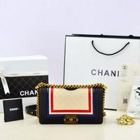 EXCLUSIVE Tas Chanel Boy Crest Embellished Putih Cream-Hitam