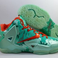 93775a6760651 Sepatu Basket Nike Lebron 11 Christmas Green Red Hijau Merah Natal
