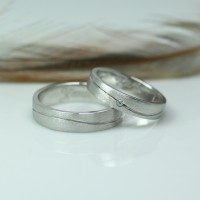 Cincin Kawin atau Cincin Tunangan Platinum Promo Emas 2g Antam Pt004