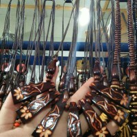 Harga kalung etnik kayu dengan ukiran bunga aksesoris fashion | Pembandingharga.com