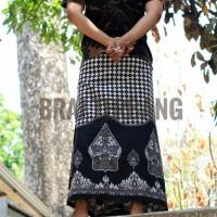 Kain sarung batik wayang etnik budaya indonesia. Perlengkapan sholat