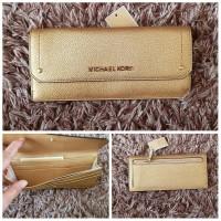 977355f4f4da2 DOMPET MICHAEL KORS ORIGINAL - MK HAYES FLAT WALLET GOLD e