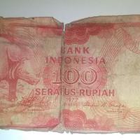 uang kertas 100 rupiah tahun 1977 kondisi sesuai. foto