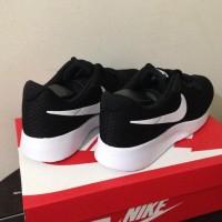Harga dijual sepatu running lari nike tanjun black white 812654 011   Pembandingharga.com