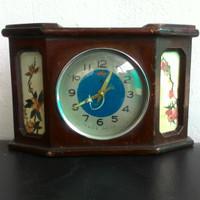 Jam weker casing kayu antik dan kuno