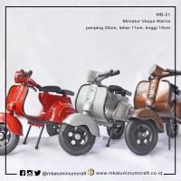 Miniatur Motor Vespa Klasik cat Warna  dari Logam