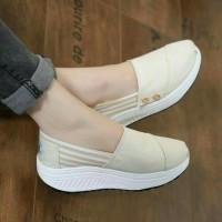 Sepatu Wanita Wedges Telapak Kets Slip On Tanpa Tali Tom Cream Murah