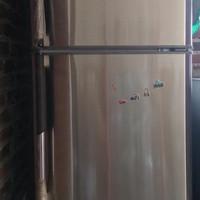 Kulkas Sharp 2 pintu bekas.  1 tahun terpakai