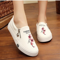 Sepatu Wanita Casual Slip On Bunga SDS250 Putih