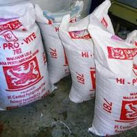 Hiprovite 782 berat 12kg di ecerkan pelet/pakan ikan lele