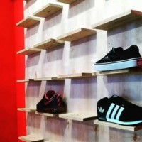 Rak Sepatu Murah untuk Toko Sepatu bahan Kayu Pinus Kombinasi
