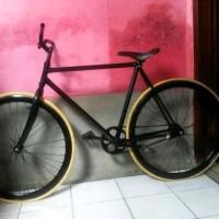 Road Bike atau Sepeda Balap Merk UNITED