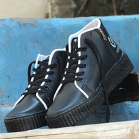 produk terbaik Kets boots AW1 (hitam) sangat nyaman gan dan sisi