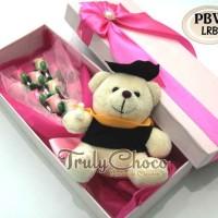Kado wisuda cokelat Trulychoco special dengan boneka