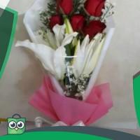 Buket bunga mawar fresh mix bunga lily wangi   hand bouquet   hadiah
