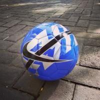Bola sepak nike reach biru silver