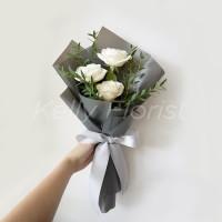 Saintly in White (3 tangkai bunga mawar dan daun parvipolia)