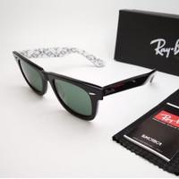 Kacamata Rb Wayfarer motif tulisan putih hitam lensa kaca Kacamata