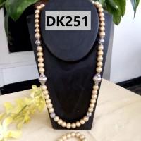 Kalung Tipe Satu Rantai Berliontin Nuansa Krem Muda - DK251