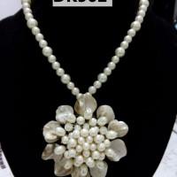 Kalung Warna Putih Mutiara Berliontin Besar - DK502
