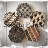 "Doyley paper / doiley/dolly paper 5.5"" batik"