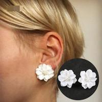 Anting Korea Tusuk Model Bunga Putih Elegan