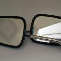 Kaca spion kiri atau kanan