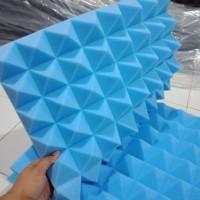 Busa peredam pyramid biru