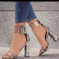 sepatu hak tinggi wanita dengan tali seksi