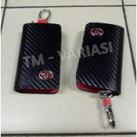 Dompet Kunci STNK Mobil Motif Carbon Hitam Kombinasi Merah Logo Toyota